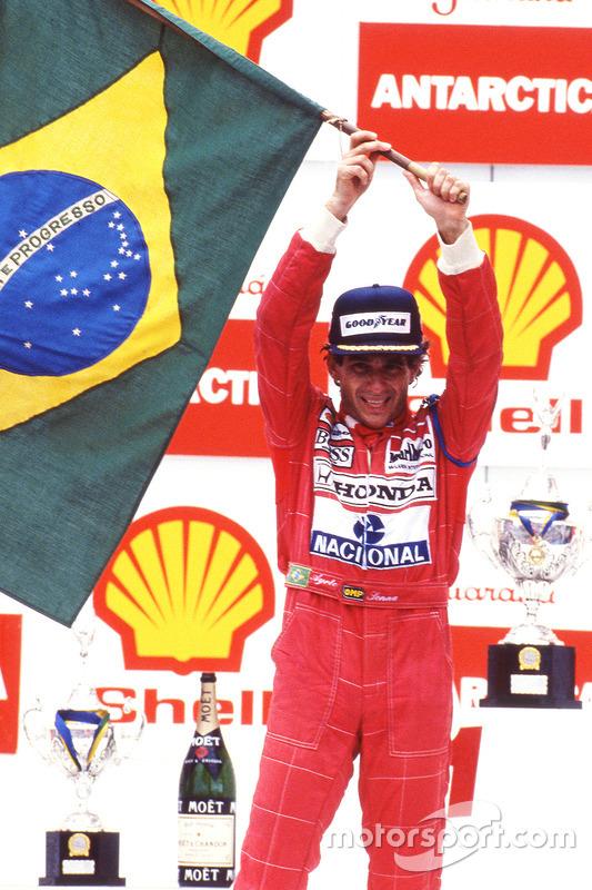 Podyum: Yarış galibi Ayrton Senna, McLaren