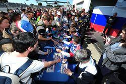 #27 SMP Racing BR01 - Nissan: Maurizio Mediani, Nicolas Minassian, David Markozov aláírásokat osztan