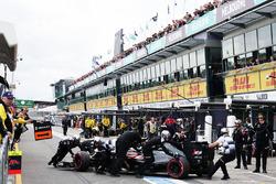 Jenson Button, McLaren MP4-31 aux stands