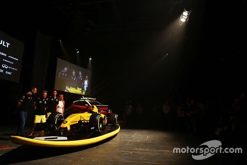 Cyril Abiteboul, Renault Sport F1 Director, Kevin Magnussen, Renault Sport F1 Team, Jolyon Palmer, R
