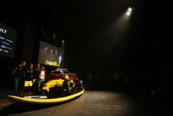 Cyril Abiteboul, directeur de Renault Sport F1, Kevin Magnussen, Renault Sport F1 Team, Jolyon Palmer, Renault Sport F1 Team et la surfeuse Ellie Jean Coffey