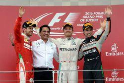 المنصة: الفائز بالسباق نيكو روزبرغ، مرسيدس، المركز الثاني سيباستيان فيتيل، فيراري، المركز الثالث سير