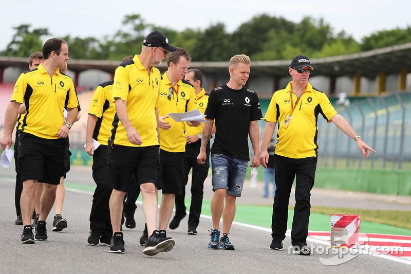 Kevin Magnussen, Renault Sport F1 Team and Alan Permane, Renault Sport F1 Team