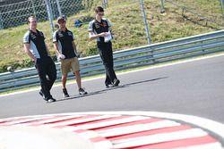 Sergio Perez, Sahara Force India F1 lors de la reconnaissance de la piste avec son équipe
