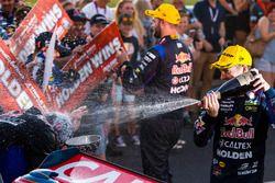Podio: ganador de la carrera Shane van Gisbergen, Triple Eight Race Engineering Holden, segundo luga
