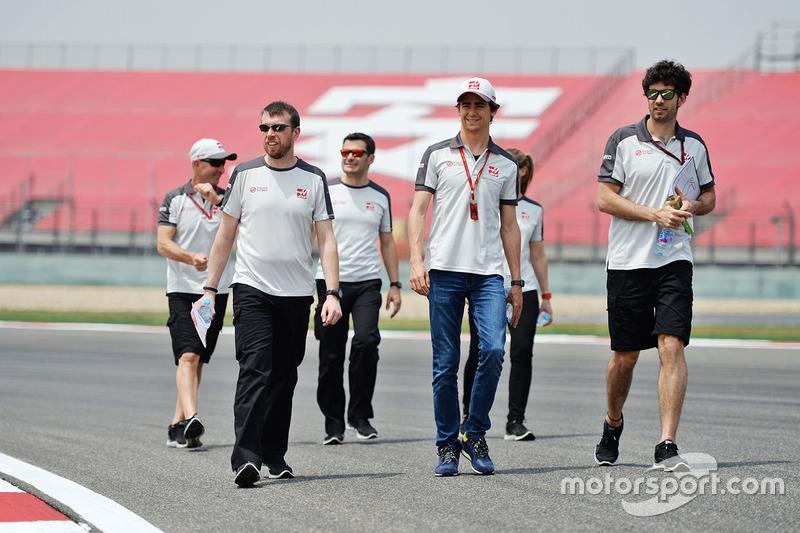 Esteban Gutierrez, Haas F1 Team camina el circuito con el equipo