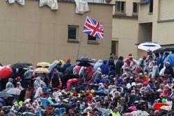 Des fans dans les tribunes et un drapeau pour Lewis Hamilton, Mercedes AMG F1