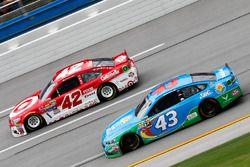 Aric Almirola, Richard Petty Motorsports Ford, und Kyle Larson, Chip Ganassi Racing Chevrolet