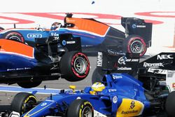 Start crash with Marcus Ericsson, Sauber C35, Rio Haryanto, Manor Racing MRT05