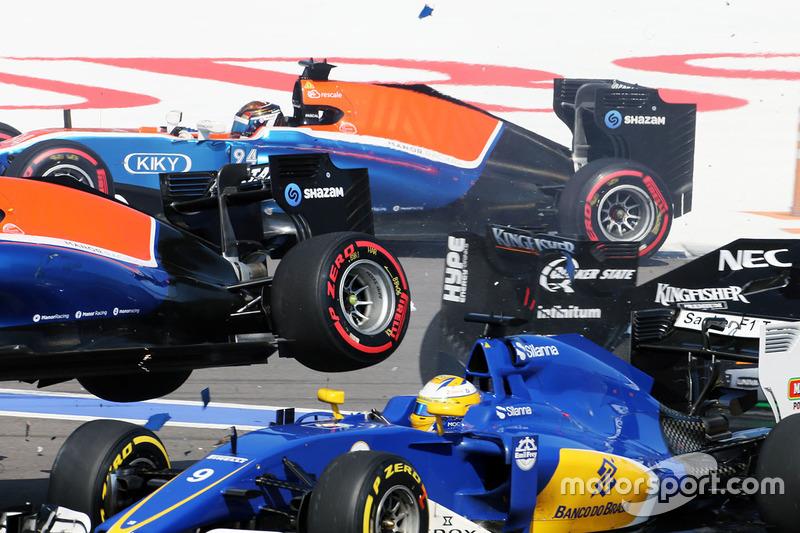 Arrancada choque con Marcus Ericsson, Sauber C35, Rio Haryanto, Manor Racing MRT05