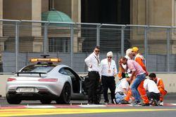 Charlie Whiting, delegado FIA y Herbie Blash, delegado FIA, inspeccionan el circuito después de que