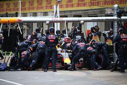 Daniel Ricciardo, Red Bull Racing RB12 en un pit stop
