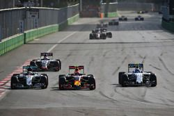 Lewis Hamilton, Mercedes AMG F1 W07 Hybrid, Max Verstappen, Red Bull Racing RB12, und Valtteri Botta