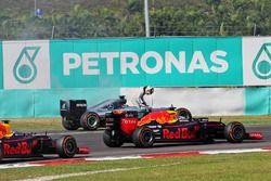 Lewis Hamilton, Mercedes AMG F1 W07 Hybrid contraint à l'abandon avec un moteur cassé, alors que passent Daniel Ricciardo, Red Bull Racing RB12 et Max Verstappen, Red Bull Racing RB12