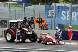 Sebastian Vettel, Ferrari SF16-H, contraint à l'abandon après une explosion de son pneu arrière droit