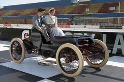 Brad Keselowski, Team Penske Ford, conduce una réplica exacta del Sweepstakes 1901