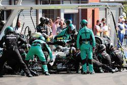 Нико Росберг, Mercedes AMG F1 W07 Hybrid во время пит-стопа