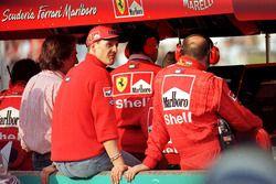 Michael Schumacher, Ferrari pit duvarından yarışı izliyor