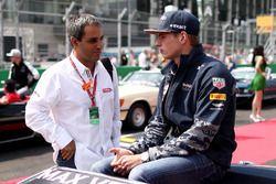 Max Verstappen, Red Bull Racing parle avec Juan Pablo Montoya