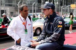 Max Verstappen, Red Bull Racing talks with Juan Pablo Montoya