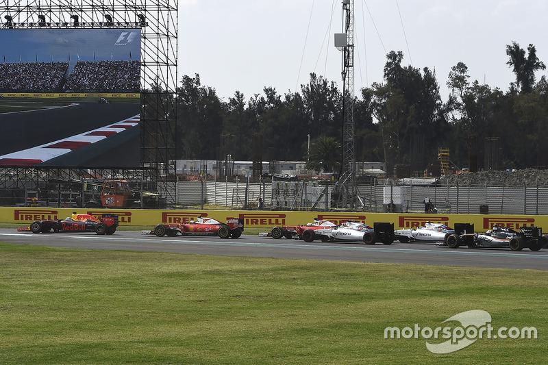 Daniel Ricciardo, Red Bull Racing RB12, Kimi Raikkonen, Ferrari SF16-H, Sebastian Vettel, Ferrari SF