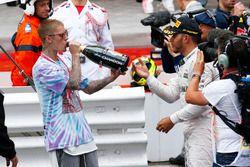 Yarış galibi Lewis Hamilton, Mercedes AMG F1ve Justin Bieber, Şarkıcı podyumda