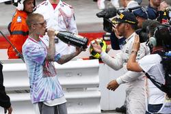 Le vainqueur Lewis Hamilton, Mercedes AMG F1 fête la victoire avec Justin Bieber, chanteur, au podium