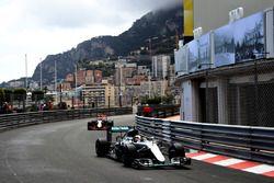 Lewis Hamilton, Mercedes AMG F1 W07 Hybrid devant Daniel Ricciardo, Red Bull Racing RB12