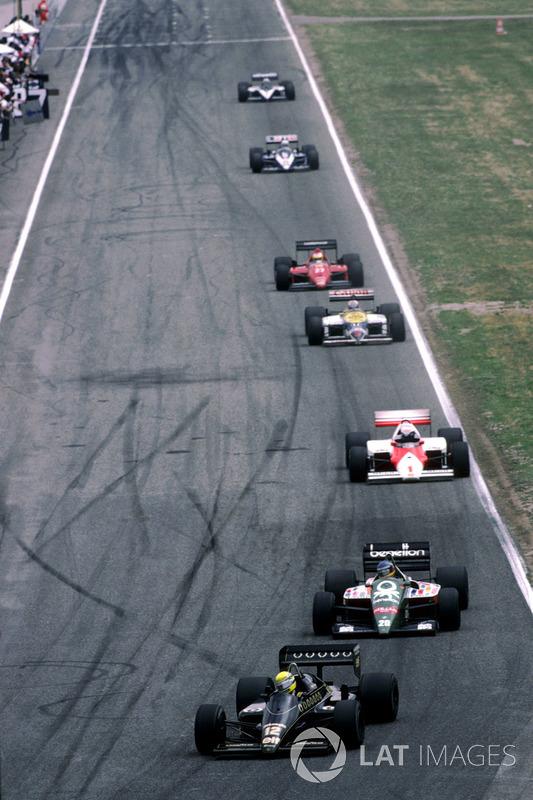 Сенна (№12) продолжал гонку третьим. Следом располагались Бергер, Прост, Мэнселл, Альборето, Арну и Патрезе. Вскоре Benetton Бергера стал терять мощность, Герхард заехал в боксы и простоял там два с лишним круга, пока механики заделывали треснувший воздуховод турбины. Из претендентов на подиум он выбыл окончательно