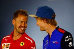 Sebastian Vettel, Ferrari, y Brendon Hartley, Toro Rosso, en la conferencia de prensa