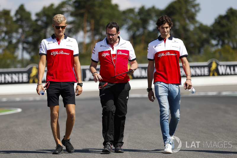 Marcus Ericsson, Sauber, and Antonio Giovinazzi, Sauber, walk the track