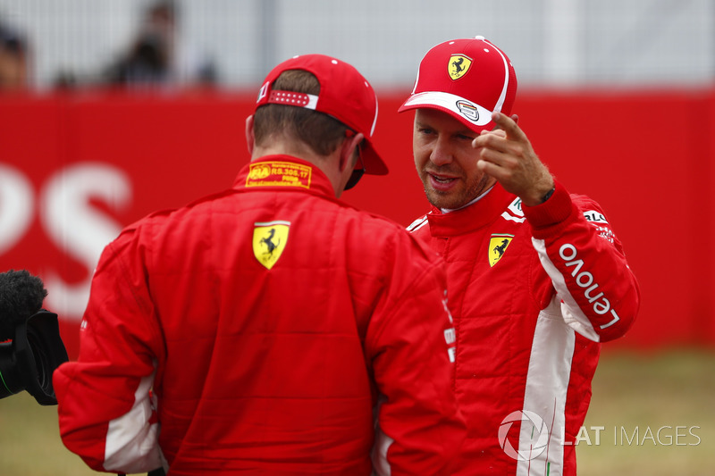 El poleman Sebastian Vettel, Ferrari, habla con Kimi Raikkonen, Ferrari