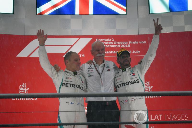 Valtteri Bottas, Mercedes-AMG F1, Dr. Dieter Zetsche, CEO de Daimler AG y Lewis Hamilton, Mercedes-AMG F1