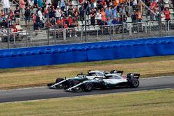 El ganador de la carrera Lewis Hamilton, Mercedes-AMG F1 W09 y Valtteri Bottas, Mercedes-AMG F1 W09 celebran al final de la carrera