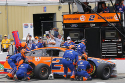 Brad Keselowski, Team Penske, Ford Fusion Autotrader pit stop