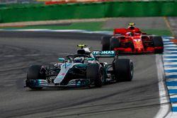 Valtteri Bottas, Mercedes AMG F1 W09, lidera sobre Kimi Raikkonen, Ferrari SF71H
