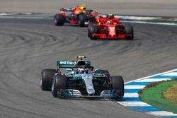 Valtteri Bottas, Mercedes AMG F1 W09, lidera sobre Kimi Raikkonen, Ferrari SF71H, y Max Verstappen, Red Bull Racing RB14