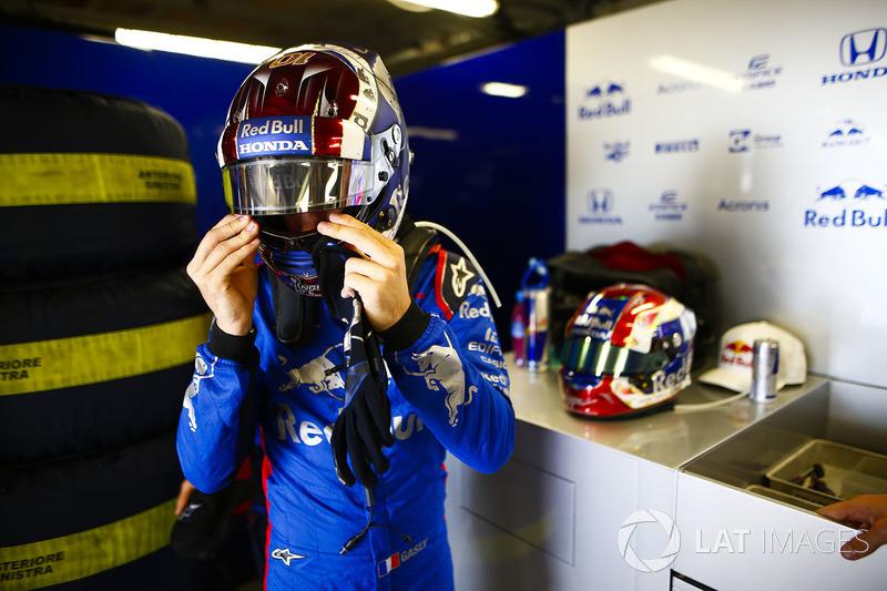Pierre Gasly, Toro Rosso, se ajusta su casco
