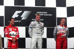 Podio: il secondo classificato Michael Schumacher, Ferrari, il vincitore della gara Kimi Raikkonen, McLaren, il terzo classificato Ralf Schumacher, Toyota Racing