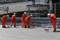 Marshals na de crash van Max Verstappen, Red Bull Racing RB14