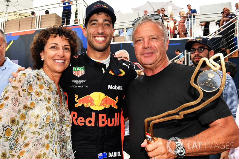 El ganador de la carrera Daniel Ricciardo, Red Bull Racing celebra con su madre y su padre