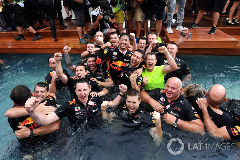 A Red Bull fergeteges monacói medencés partija