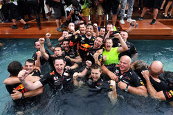 Race winner Daniel Ricciardo, Red Bull Racing celebrates with the team in the Red Bull Energy Station swimming pool