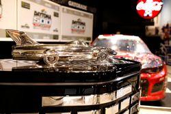 De wagen van Austin Dillon, Richard Childress Racing Chevrolet Camaro met de trofee