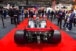 Egy McLaren és egy Ferrari az F1Racing standján