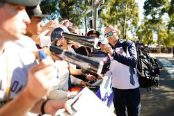 Robert Kubica, Williams Martini Racing, imza dağıtıyor