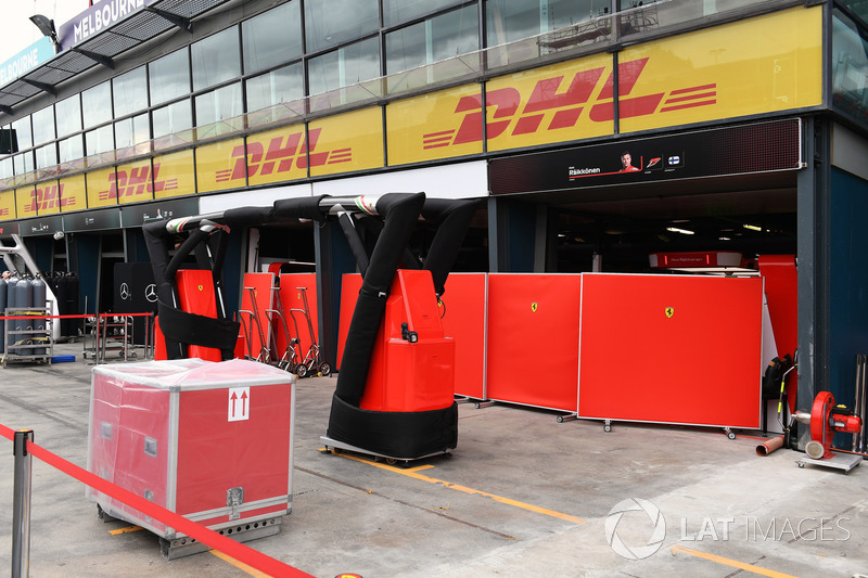 Paravento davanti al garage Ferrari