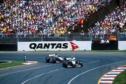 Mika Hakkinen, McLaren Mercedes MP4/13 ve David Coulthard McLaren Mercedes MP4/13