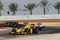 Vitaly Petrov, Renault F1 Team R30, lidera a Kamui Kobayashi, BMW Sauber C29, Nico Hulkenberg, Willi