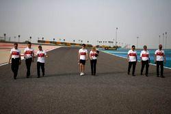 Charles Leclerc, Sauber e Ruth Buscombe, stratega Sauber, camminano lungo il circuito